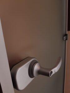 kirgas satiin alumiinum lengiga lukustatav uks